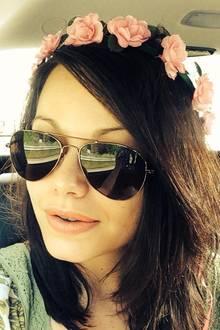 """Summsumm: Cosma Shiva Hagen wünscht ihren Facebook-Fans mit sommerlichem Blumenkranz im Haar einen """"juten Start in den Tag"""". Die Schauspielerin promotet derzeit ihren neuen Film """"Biene Maja"""", der im September in die deutschen Kinos kommt."""