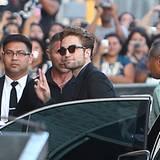 "22. August 2012: Robert Pattinson kommt gut gelaunt zur ""Jimmy Kimmel Live!""-Show."