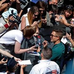 """Vor einem Fototermin für seinen Film """"The Rover"""" gibt Robert Pattinson Autogramme."""