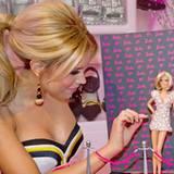 """Februar 2012: Sylvie van der Vaart posiert auf der Spielwarenmesse in Nürnberg mit ihrer eigenen """"One of a Kind Barbie"""". Auf der"""