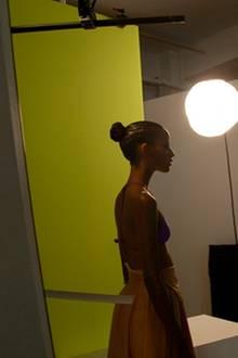 Saras Profil wird schon mal beleuchtet bevor der Fotograf an's Werk geht.