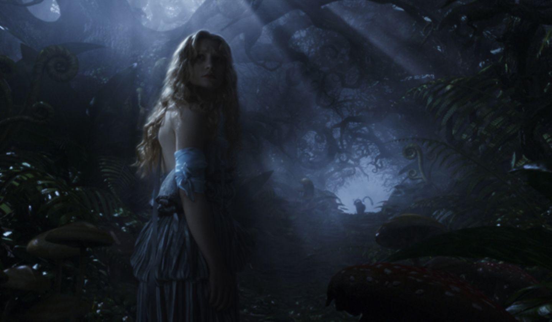 Zweifelnd folgt Alice der Grinsekatze durch das Dunkle.