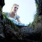 Hier findet Mia Wasikowska als Alice den Kaninchenbau, der ins Wunderland führt.