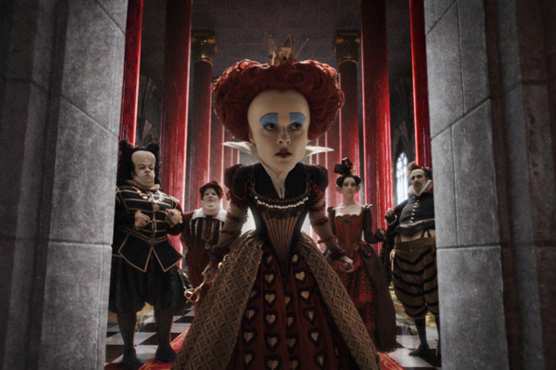 Die rote Herzkönigin lässt sich zu jeder Gelegenheit von ihrem Gefolge den Rücken stärken.