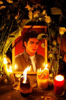 """Juni 2009: Am 25. Juni 2009 stirbt Michael Jackson im Alter von 50 Jahren. Die ganze Welt trauert um den """"King of Pop""""."""