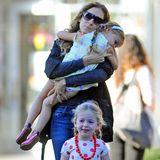 September 2013: Liebevoll trägt Sarah Jessica Parker die noch müde Tabitha zur Schule. Marion ist schon munter und läuft vorweg.