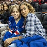 """März 2015  Sarah Jessica Parker sieht sich mit Sohn James das Spiel der """"NY Rangers"""" gegen die """"LA Kings"""" im Madison Square Garden an."""