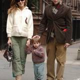 26. März 2005: Die kleine Familie macht einen Spaziergang durch New York: Sarah Jessica Parker, Söhnchen James und Matthew Brode