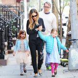 April 2015  Sarah Jessica Parker und Matthew Broderick spazieren mit ihren Zwillingstöchtern durchs West Village in New York. Ein schönes Familienfoto, nur Sohn James ist leider nicht dabei.