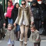 25. März 2011: Marion Loretta Elwell und Tabitha Hodge können mittlerweile auf ihen eigenen Beinen durch New York City gehen. Di