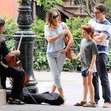 Juni 2013: Beim Spaziergang durch ihre Nachbarschaft in Manhattan bleiben Sarah Jessica Parker, Matthew Broderick und ihr Sohn James Wilkie bei dem Cellisten Peter Lewy stehen und lauschen der Musik.