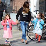 Farbenfroh in den Frühling: Sarah Jessica Parker bringt ihre beiden Sonnenscheinchen Tabitha und Marion wie üblich in fröhlichen Outfits zur Vorschule. Tabitha bevorzugt den rosaroten Ballett-Look, Marion mag's lieber hellblau.