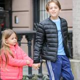 März 2015  Was für ein toller großer Bruder! James nimmt seine kleine Schwester beim Spaziergang an die Hand.