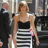 Topmodel Karlie Kloss setzt bei heißen New Yorker Temperaturen auf ein schmales Etuikleid mit schwarz-weißen Querstreifen.