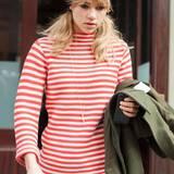 Topmodel Suki Waterhouse wirkt beim Verlassen ihres New Yorker Hotels zwar noch etwas müde, der rot-weiß gestreift eStrickpulli dagegen umso fröhlicher.