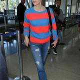 Zu Jeans und Ballerinas kombiniert January Jones einen farbenfrohen Streifen-Pullover in Blau und Signalrot.
