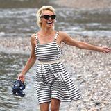 Sommerfeeling in Italien: Pamela Anderson genießt im sommerlichen Matrosen-Kleid ihren Besuch am steinigen Strand von Taormina.