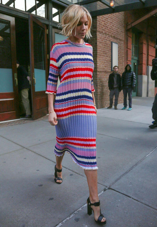 Bei manchen Star-Outfits kann man einfach nur neidisch werden. Sienna Millers gestreiftes Midi-Strickkleid von Celine, mit dem sie die Show von Jimmy Fallon besucht, ist so eines.