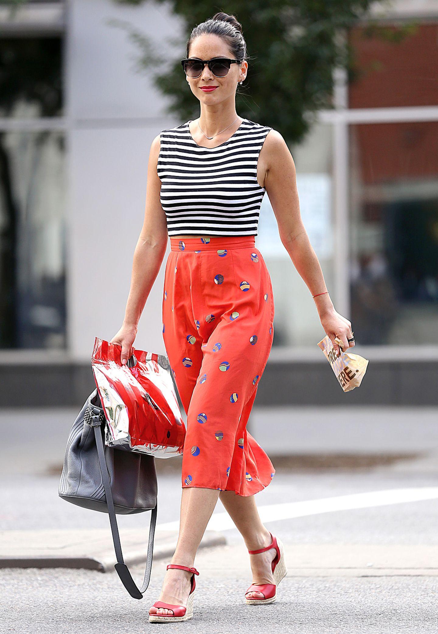 Gestreifte Outfits mit anderen Mustern zu kombinieren kann manchmal schiefgehen, nicht so bei Olivia Munn.