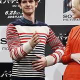 Andrew Garfield ist auch ein Fan von Streifen, wie sein blau-weiß-roter Strickpullover zeigt.