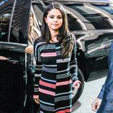 Ein echter Hingucker ist Selena Gomez Strickkleid mit den versetzten Streifen von Kenzo aus der Herbst-Winter-Kollektion.