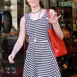 Star-Matrose auf Shopping-Tour: Emmy Rossum ist im gestreiftem Sommerkleid in L.A. unterwegs.