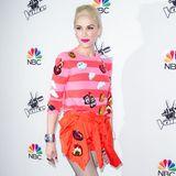 Farbspiel! Gwen Stefani verbreitet im rosa-pinken Streifen-Pulli mit niedlichen Cartoon-Applikationen bei einer NBC-Party gute Laune.