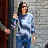 Am Memorial Day darf auch mal etwas lässiger gefeiert werden. Courteney Cox macht das sehr schick im maritimen Jeans-und Streifen-Look.