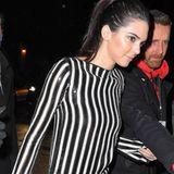 Gut gestreift, Kendall! Das erfolgreiche Nachwuchsmodel und TV-Sternchen Kendall Jenner bezaubert in einem mit Pailletten besetzten Jumpsuit von Marc Jacobs.