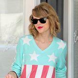 """Taylor Swift zeigt mit diesem """"Stars and Stripes""""-Pullover ihre Liebe zum Vaterland."""