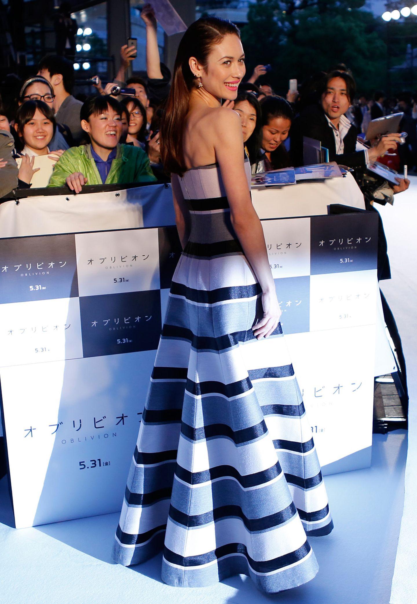 Atemberaubend schön sieht Olga Kurylenko in einem trägerlosen Streifenkleid von Dior aus. Sicherlich gaben auch viele Fans dieses Kompliment an sie weiter.