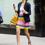 Jessica Alba steht auf bunt gestreifte Miniröcke.