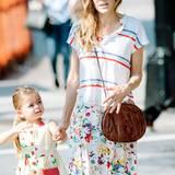 Ein bisschen gewöhnungsbedürftig ist die Kleider-Kombination von Sarah Jessica Parker. Zum langen Blümchenkleid trägt sie ein gestreiftes T-Shirt mit geknöpftem Ausschnitt.
