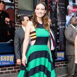 Dass Dunkelblau und Türkis eine tolle Farbkombination ist, zeigt Olivia Wilde bei David Letterman im weiten Blockstreifen-Kleid.