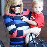 Reese Witherspoon ist zwar ein Fan von schlichten Jeans-Pullover-Outfits, achtet aber immer, wie bei diesem Pullover mit Blockstreifen, auf Muster-Variationen.