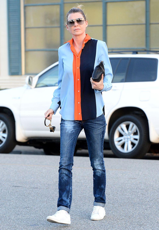 In farbenfroher und längsgestreifter Bluse ist Ellen Pompeo in Beverly Hills unterwegs.