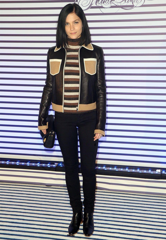 Zu Ehren von Modedesigner Jean Paul Gaultier trägt DJane Leigh Lezark dessen Markenzeichen - breite Streifen. Zarte Lurexfäden verpassen ihrem gestreiften Rolli eine elegante Note.