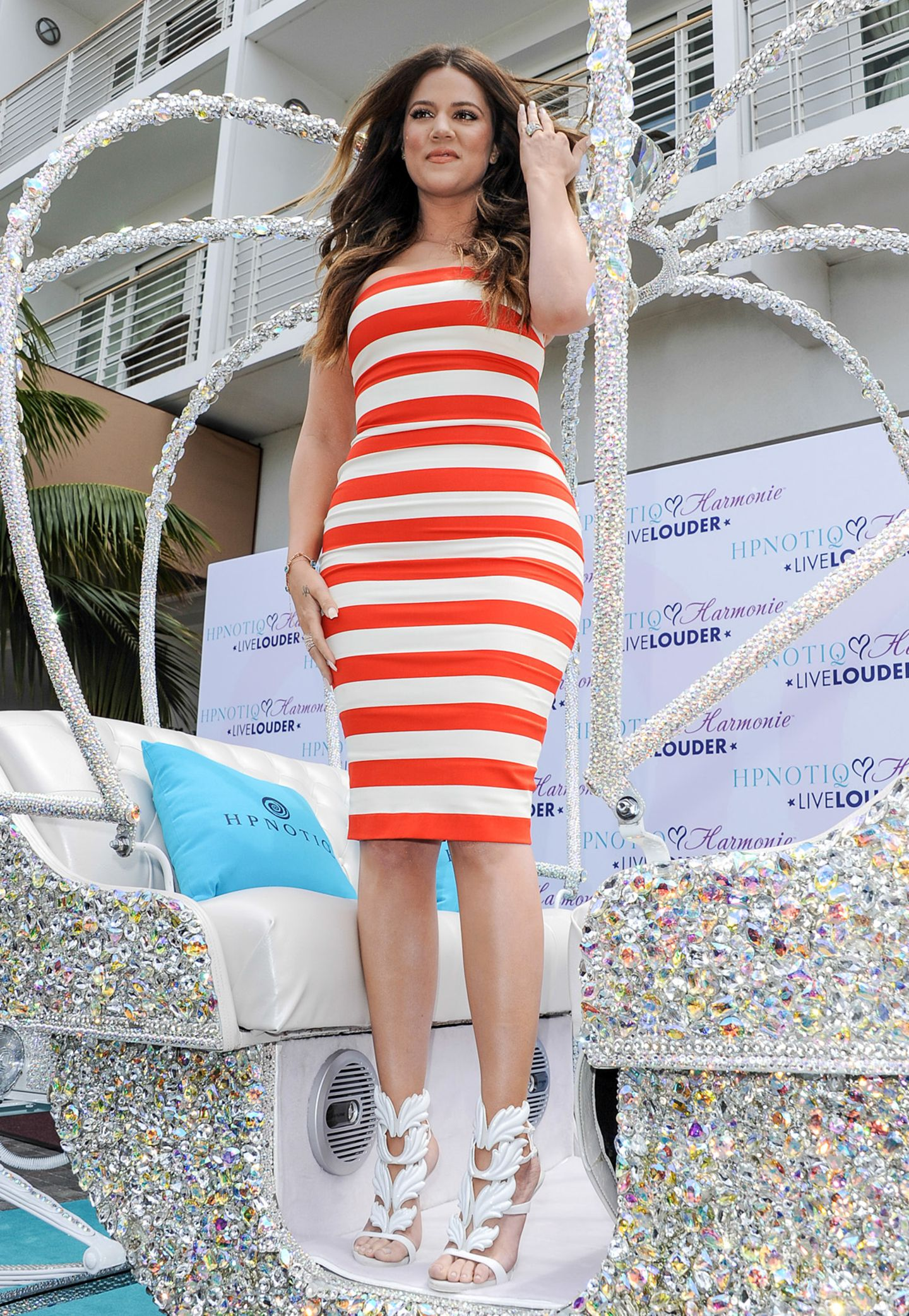 Ihre neue, schlankere Silhouette präsentiert Khloe Kardashian in einem gestreiften Bandeau-Kleid.