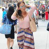 """Das Mixen von Kleidungsstücken und Mustern, die eigentlich nicht zusammenpassen, versteht Sarah Jessica Parker genauso gut wie ihr SATC-Alter-Ego """"Carrie Bradshaw"""". Das maritime Streifenshirt passt bei ihr erstaunlich gut zum gestreiften, mittellangen Retro-Rock."""