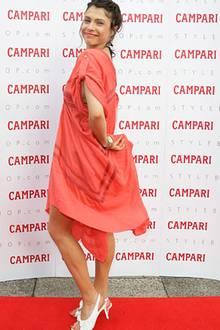 Schauspielerin Jana Pallaske zeigt sich fröhlich in den frischen Sommerfarben Rot-Weiß.