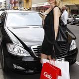 Model Eva Padberg nützt den Mercedes-Shuttle
