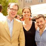 Adrian Kiehn (li.) und Kerstin Pooth (beide P&C Düsseldorf) mit Nachwuchsdesigner Sam Frenzel.