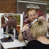 """Kopfarbeit: Das Profi-Team von """"L'Oréal Professionnel"""" stylt die Gäste."""