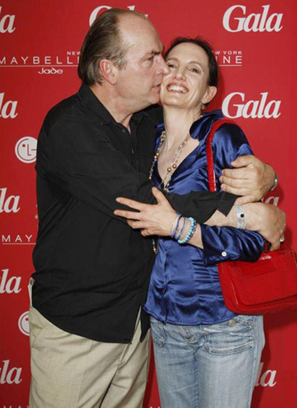 Seit drei Jahren verheiratet: Schauspieler Herbert Knaup herzt seine Frau Christiane immer wieder.