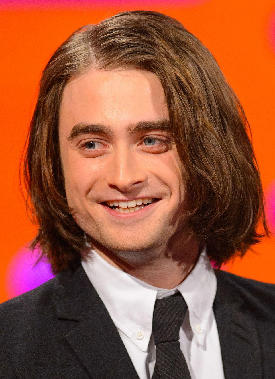 """Für seine Rolle als Igor in einer neuen """"Frankenstein""""-Verfilmung trägt Daniel Radcliffe jetzt einen kinnlangen Bob. Und da die Zeit zum Rauswachsenlassen fehlte, mussten eben Extensions herhalten."""
