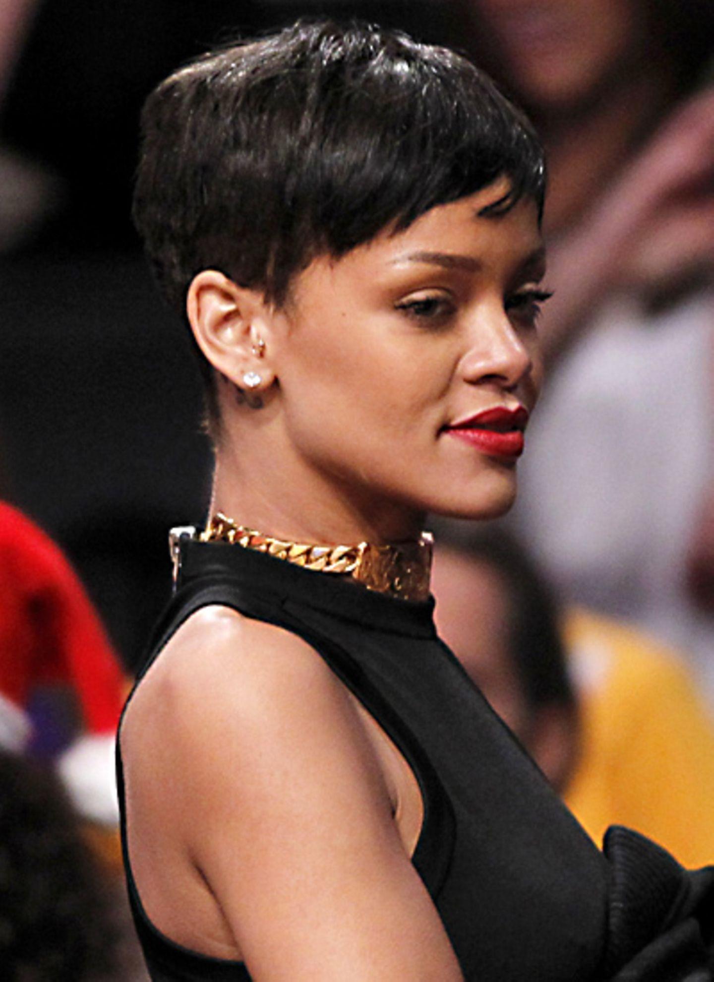 Anfang Dezember 2012 hatte sich Rihanna mal wieder von ihren langen Haaren getrennt und sah mit Pixie-Cut auch ganz bezaubernd a