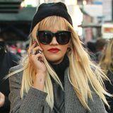 Den jugendlichen Langhaarbob trug Rita Ora nur ein paar Wochen, in New York spazierte sie jetzt wieder mit langer blonder Mähne samt Pony durch die Straßen.