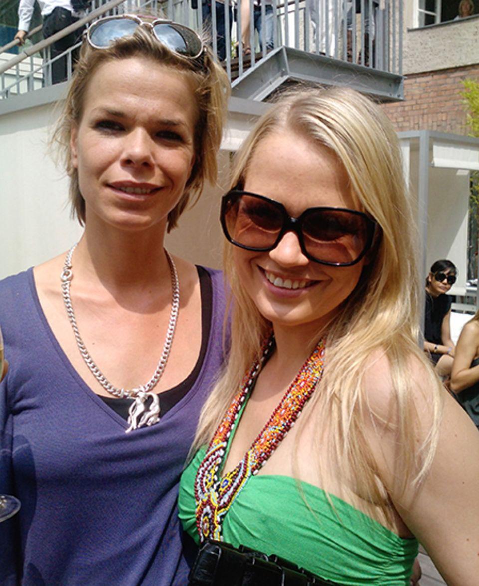 Nova Meierhenrich schmückt sich mit indianischen Perlen und übergroßer Sonnenbrille.