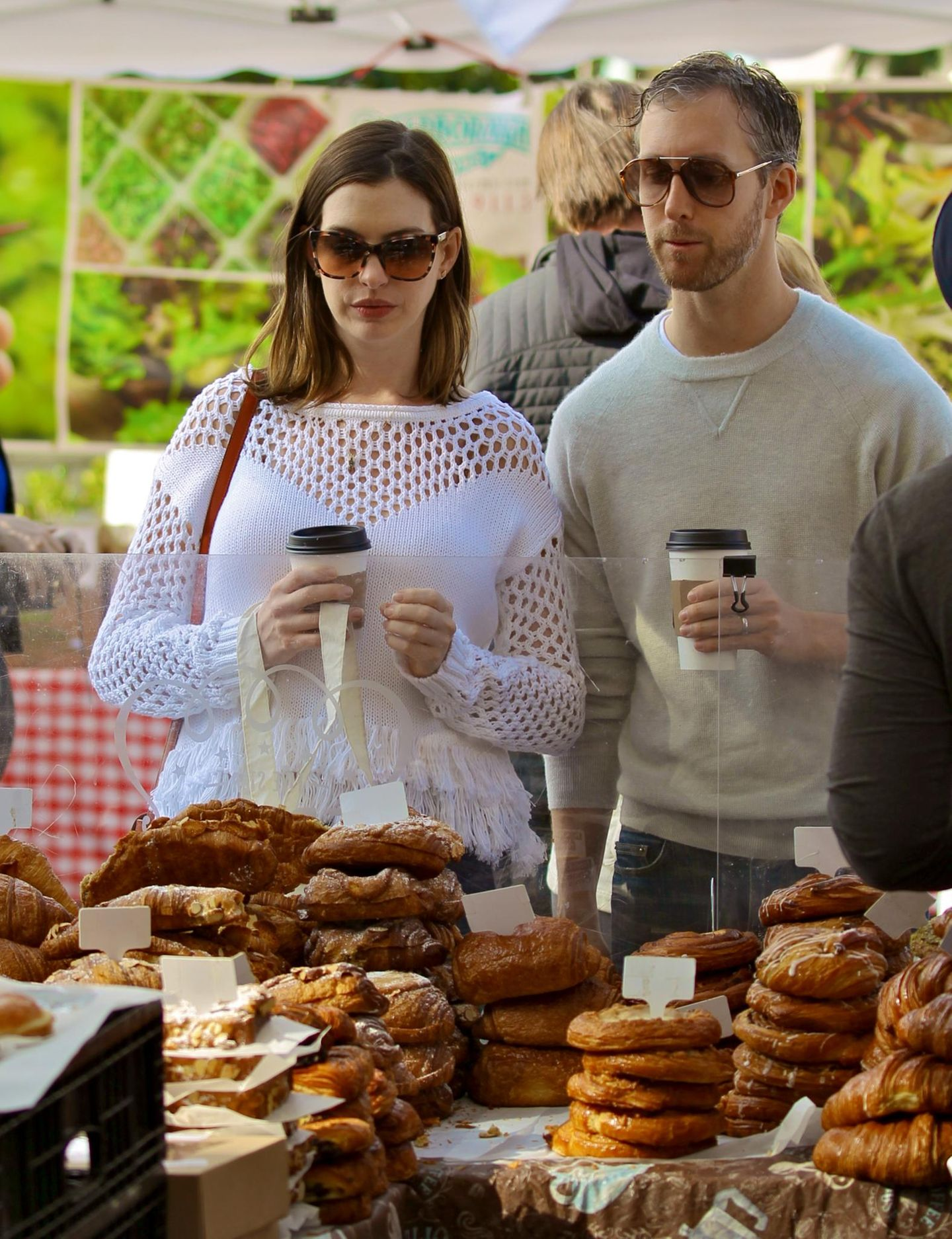 Anne Hathaway und Adam Shulman bummeln über den Studio City Farmers Market und gönnen sich dabei Kaffee und Gebäck.
