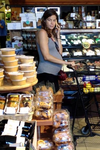 Die schwangere Michelle Monaghan stöbert in einem Lebensmittel-Laden in Hollywood durch die Köstlichkeiten.